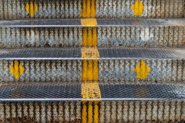 Schließen sie herauf treppeneisen der überführung in der stadt. Premium Fotos