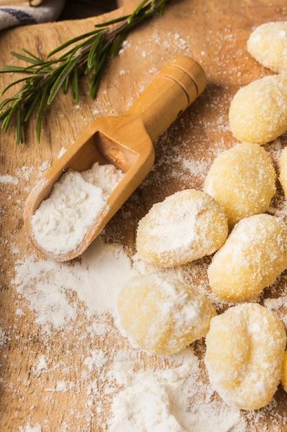 Schließen sie herauf ungekochten kartoffelgnocchi mit mehl Kostenlose Fotos