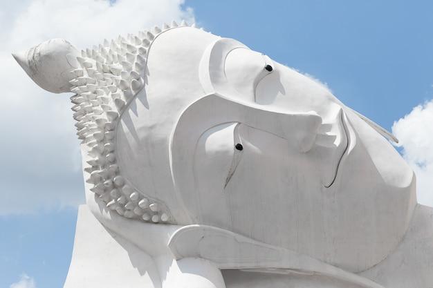 Schließen sie herauf weiße hauptbuddha-statue Premium Fotos