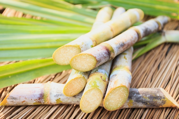 Schließen sie herauf zuckerrohr witn blatt auf hölzerner tabelle Premium Fotos