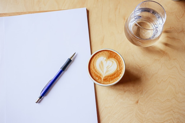 Schließen sie kaffeetasse mit notizbuch Premium Fotos