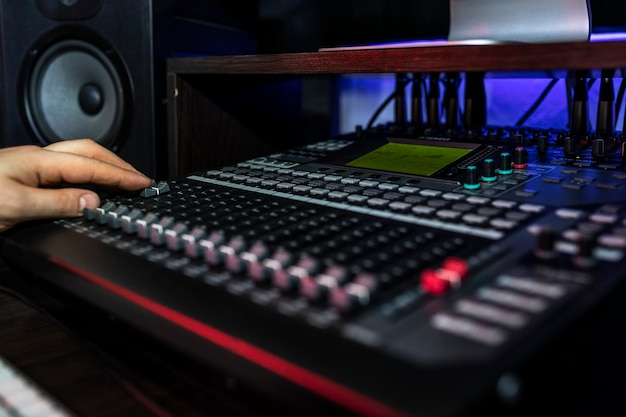 Schließen sie mixer im plattenstudio, in dem der songwriter seinen neuen mix spielt. foto von musikinstrumenten. Premium Fotos