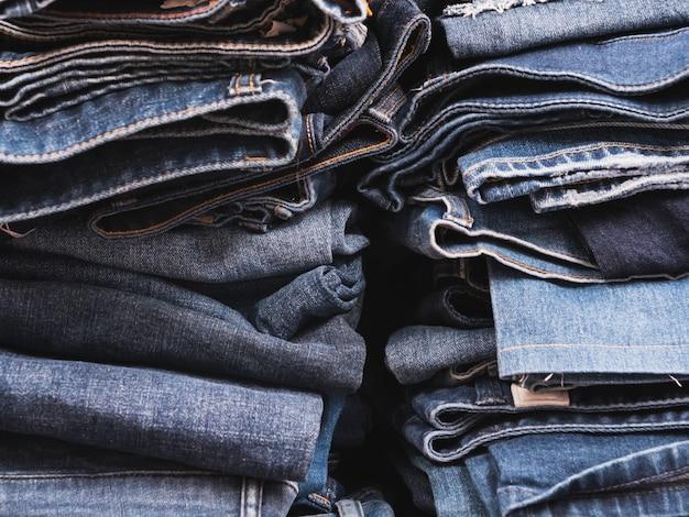 Schließen sie oben auf der seite des blue jeans-stapels im shop Premium Fotos