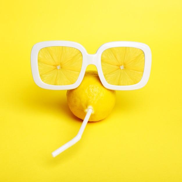 Schließen sie oben sonnenbrille mit zitronenscheiben Premium Fotos