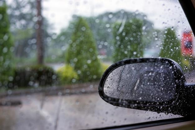 Schließen sie oben vom flügelspiegel am auto am regnenden tag. Premium Fotos