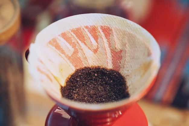 Schließen sie oben vom handtropfkaffee, kaffeesatz mit filter Premium Fotos