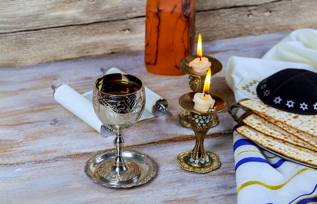 Schließen sie oben vom jüdischen feiertags-passahfest matzot des vorabends und tallit der ersatz für brot auf dem jüdischen passahfest Premium Fotos