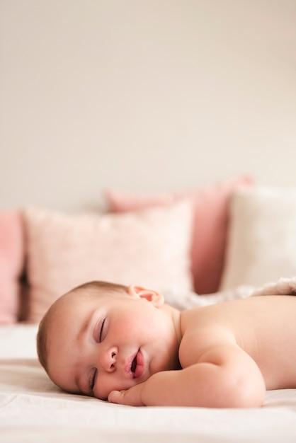 Schließen sie oben vom neugeborenen babyschlafen Kostenlose Fotos