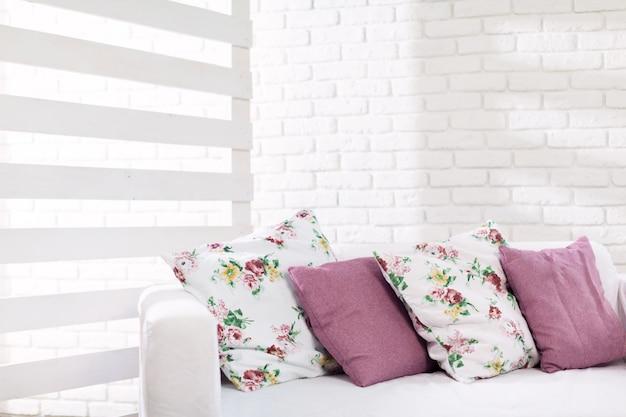 Schließen sie oben von den bunten kissen auf sofa im modernen wohnzimmer Premium Fotos