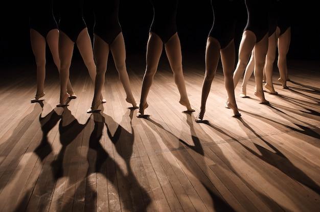 Schließen sie oben von den füßen in der ballett-tanzen-klasse der kinder Premium Fotos