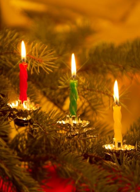 schlie en sie oben von den kerzen die auf altmodischem weihnachtsbaum brennen download der. Black Bedroom Furniture Sets. Home Design Ideas