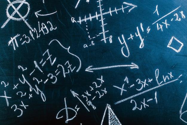 Schließen sie oben von den mathematischen formeln auf einer tafel, hintergrundbild Premium Fotos