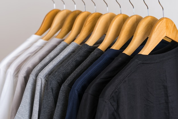 Schließen sie oben von den t-shirts auf aufhängern, kleiderhintergrund Premium Fotos