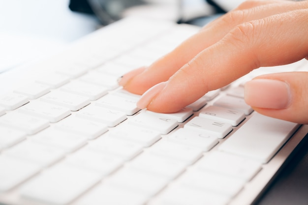 Schließen sie oben von den weiblichen händen des frauenbüroangestellten, der auf der tastatur schreibt Premium Fotos