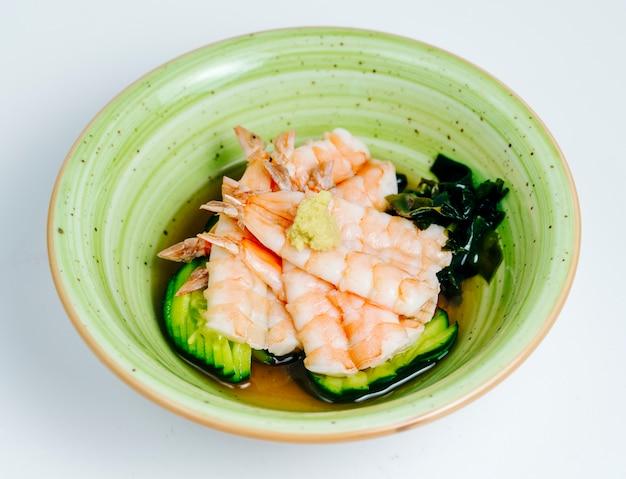 Schließen sie oben von der garnelenmiso-suppe, die in der apfelgrünen schüssel im weißen hintergrund gedient wird Kostenlose Fotos
