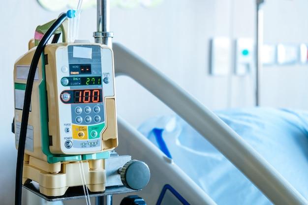 Schließen sie oben von der infusionspumpe im krankenhaus, medizinische behandlung Premium Fotos
