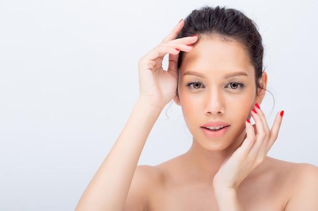 Schließen sie oben von der schönen asiatischen jungen frau mit v-formgesicht und berühren sie ihr gesicht Premium Fotos
