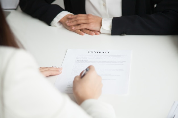 Schließen sie oben von der unterzeichnung des arbeitsvertrags Kostenlose Fotos