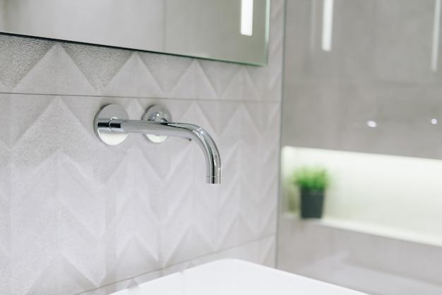 Schließen sie oben von einem hahn im stilvollen modernen badezimmerinnenraum Premium Fotos