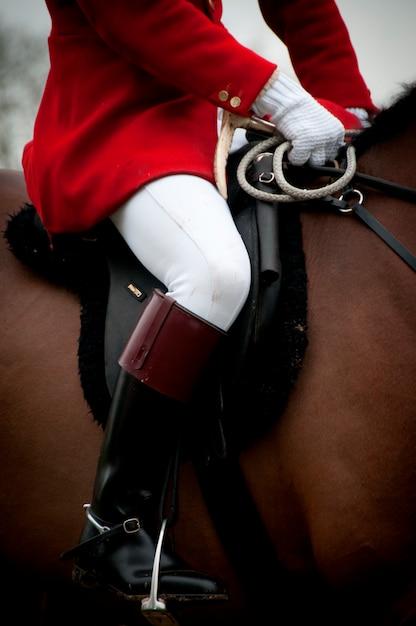Schließen sie oben von einem jockey auf einem pferd Premium Fotos