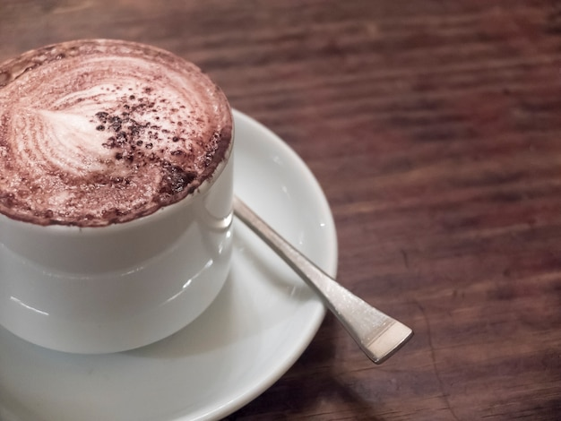 Schließen sie oben von einem köstlichen tasse kaffee auf holztisch. Premium Fotos