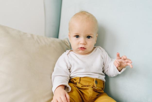 Schließen sie oben von einem niedlichen kaukasischen baby, das in einem sessel sitzt Premium Fotos