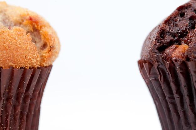 Schließen sie oben von einem schokoladenmuffin und von einem regelmäßigen muffin Premium Fotos