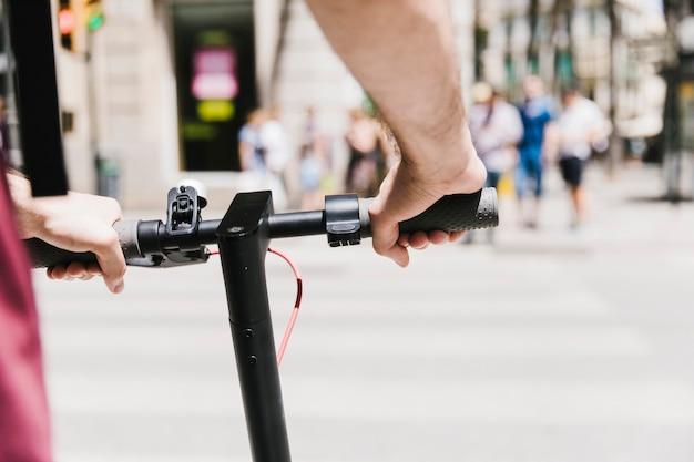 Schließen sie oben von einer person, die e-roller reitet Kostenlose Fotos