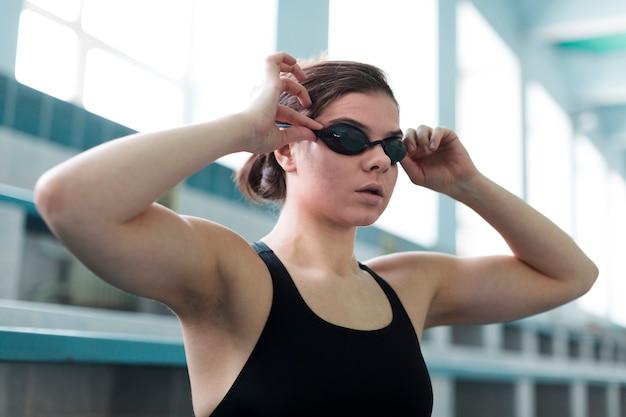 Schließen sie oben von tragenden schutzbrillen des schwimmers Kostenlose Fotos