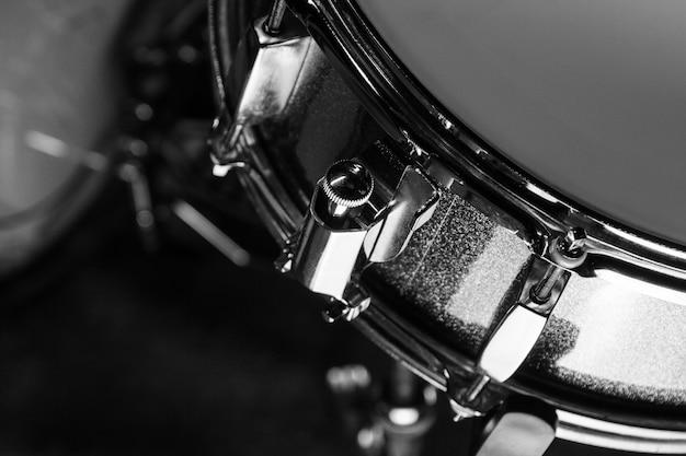 Schlingetrommel im schwarzen hintergrund Premium Fotos