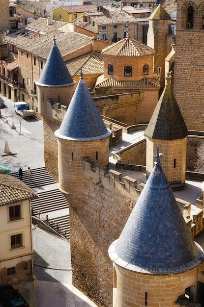 Schloss im mittelalterlichen dorf von olite in navarra, spanien. Premium Fotos