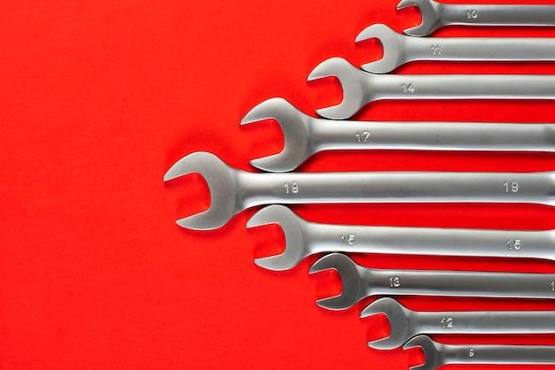Schlüssel auf rot Premium Fotos