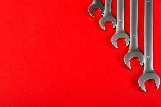 Schlüssel auf roter, draufsicht mit platz für text. Premium Fotos