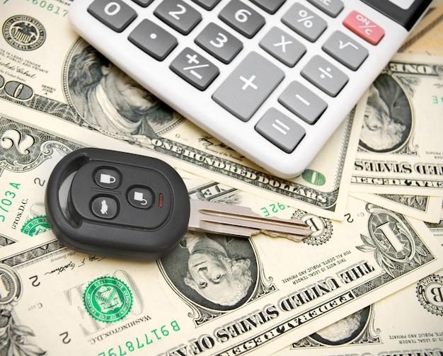 Schlüssel aus dem auto auf geld. Premium Fotos