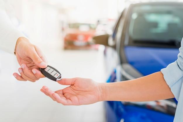 Schlüsselwechsel im autohaus Kostenlose Fotos