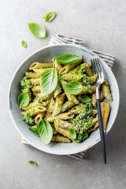 Schmackhafte, appetitanregende pasta mit pesto-sauce Premium Fotos