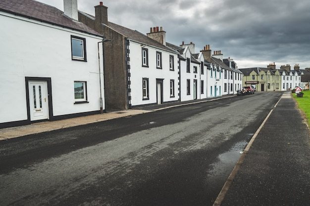 Schmale straße in der kleinstadt. nordirland. Premium Fotos