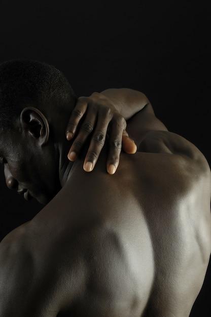 Schmerz afrikanischer mann Premium Fotos