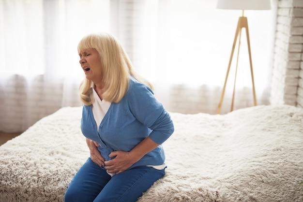 Schmerzhaftes gesicht des dyspepsie-cholesterins der alten frau. Premium Fotos