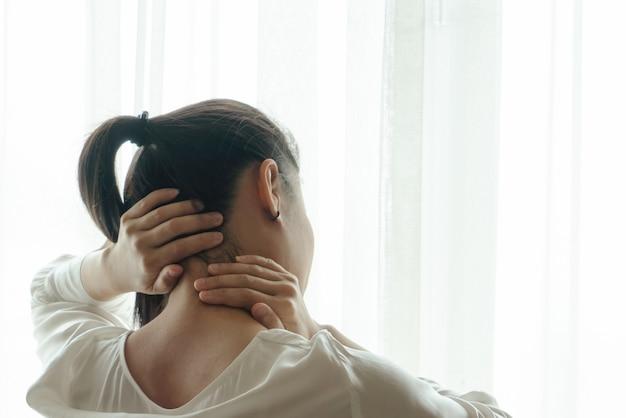 Schmerzliche frau der halsschulterverletzung leiden unter arbeitsgesundheitswesen und medizinwiederherstellungskonzept Premium Fotos