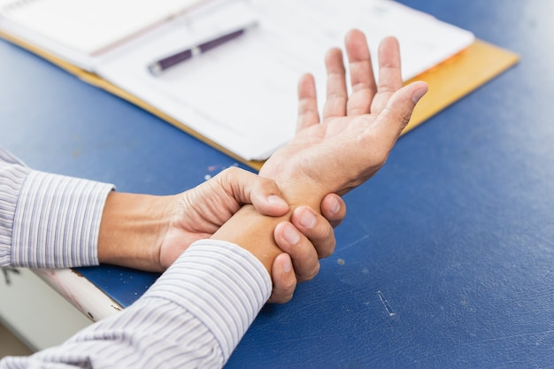 Schmerzliche handgelenknahaufnahmehandgriffmassage-entlastungsschmerz Premium Fotos