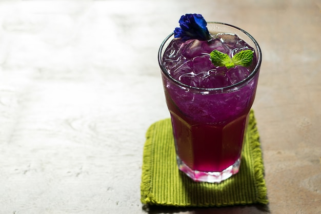 Schmetterlingserbsensaft mit zitrone im kalten glas, thailändisches krautgetränk für gesundheit. Premium Fotos
