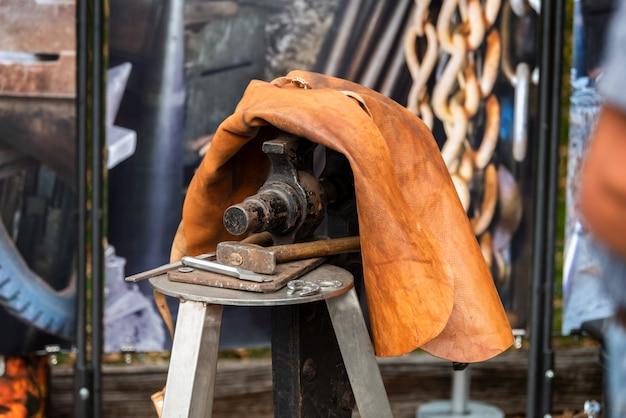 Schmied schmiedete traditionelles hammerschlagen des eisens Premium Fotos