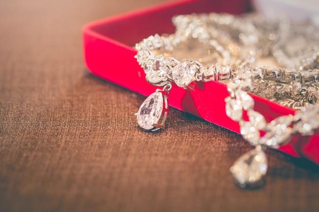 Schmuckanhänger aus silber und diamant herzform für frauen Premium Fotos