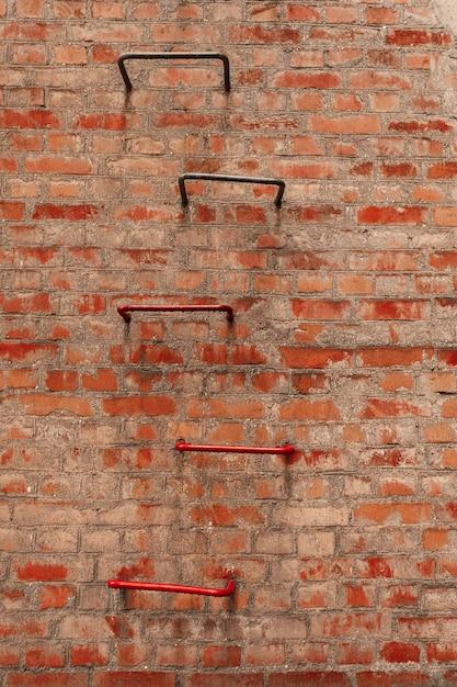 Schmutzige backsteinmauer und leiter Premium Fotos