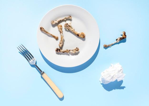Schmutzige platte der draufsicht mit essensresten Kostenlose Fotos