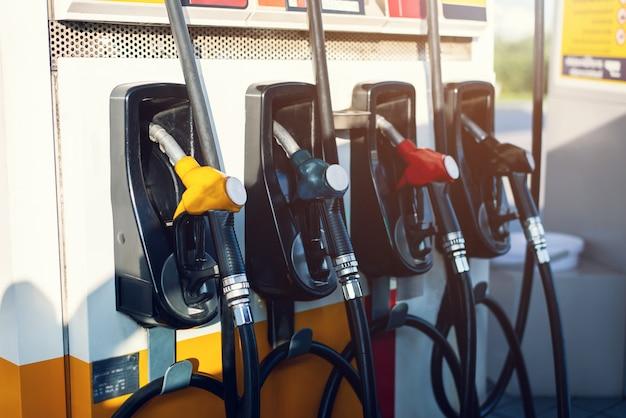 Schmutzige zapfpistole im ölspender mit benzin und diesel in betrieb befindlicher tankstellenpumpe Premium Fotos
