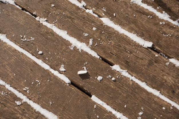 Schnee auf einem holztisch Kostenlose Fotos