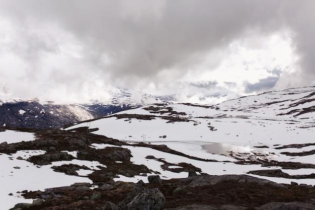 Schnee Liegt Vor Blauen Felsen Summints In Norwegen Download Der