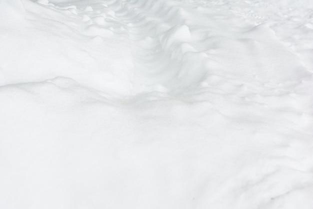 Schnee mit spuren von autos. Premium Fotos